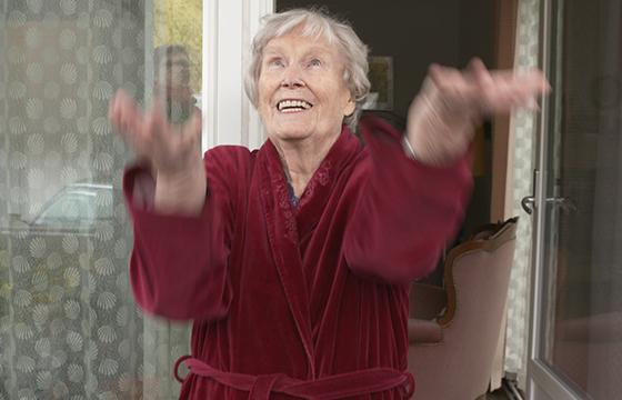 Elli Isokoski kuvasi 94-vuotiaan Alinan kanssa lyhytelokuvan. Kuva: Marko Tikkinen