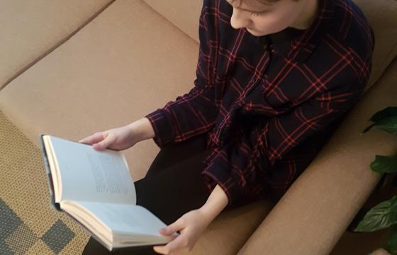 Suomen Kulttuurirahasto lahjoittaa miljoona euroa yläkouluikäisten nuorten lukemisen ja lukutaidon edistämiseen sekä lukuharrastuksen tukemiseen. Yläkouluihin suunnatun Lukuklaani-hankkeen tavoitteena on rohkaista nuoria lukemaan enemmän.