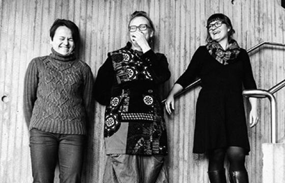 Teatteri 2.0:n perustajat, teatterin toiminnanjohtaja ja UNOn vetäjä Saara Rautavuoma ja teatterin taiteellinen johtaja, UNOn suunnitteluryhmän jäsen Saana Lavaste, yhdessä UNOssakin asiantuntijana toimivan Kati Sirénin kanssa.