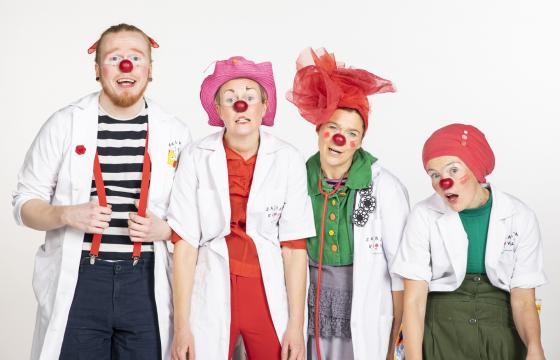 Sairaalaklovnien artistit kiertävät lastenosastoilla ilahduttaen pieniä potilaita ja heidän omaisiaan.